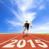 32370987-gelukkig-nieuwjaar-2015-jonge-man-loopt-op-schema-met-de-blauwe-lucht-en-de-wolken-achtergrond